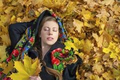 Mujer morena hermosa joven que presenta al aire libre en parque del otoño Imagen de archivo libre de regalías