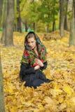 Mujer morena hermosa joven que presenta al aire libre en parque del otoño Imagenes de archivo