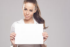 Mujer morena hermosa que lleva a cabo la muestra en blanco blanca Fotografía de archivo