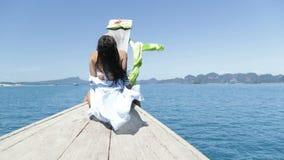 Mujer morena hermosa que se sienta en la nariz del barco de Tailandia, vista posterior trasera de la muchacha atractiva joven almacen de metraje de vídeo