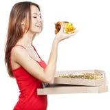 Mujer morena hermosa que sostiene el pedazo de pizza Fotografía de archivo