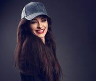 Mujer morena hermosa sonriente emocionada en los wi del casquillo azul del béisbol Imagen de archivo