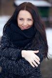 Mujer morena joven en el parque frío de congelación Imagen de archivo libre de regalías