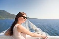 Mujer morena joven en gafas de sol en un transbordador que mira hacia Howe Sound foto de archivo libre de regalías