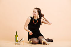 Mujer morena joven hermosa que sostiene un vidrio de vino blanco Imágenes de archivo libres de regalías