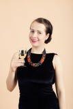 Mujer morena joven hermosa que sostiene un vidrio de vino blanco Imagen de archivo libre de regalías