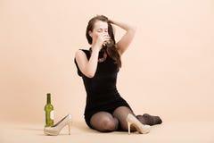Mujer morena joven hermosa que sostiene un vidrio de vino blanco Imagen de archivo