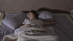 Mujer morena joven que tiene una pesadilla Sueños agitados almacen de video