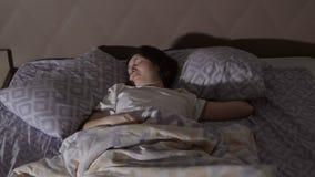 Mujer morena joven que tiene una pesadilla Sueños agitados fotografía de archivo