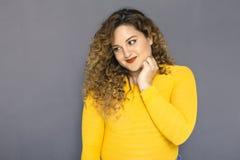 Mujer morena linda del tamaño extra grande con el pelo rizado en suéter amarillo Fotos de archivo libres de regalías