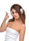 Mujer morena que escucha y que disfruta de música en auriculares del oro Imagen de archivo
