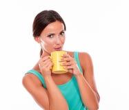 Mujer morena que pone mala cara con la taza de café Fotos de archivo libres de regalías