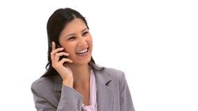 Mujer morena sonriente que usa su teléfono móvil Imagen de archivo libre de regalías