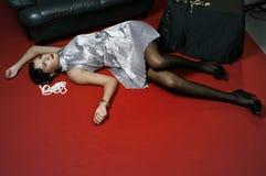 Mujer muerta que miente en el suelo Imagenes de archivo