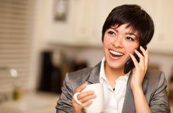 Mujer multiétnica con café y el teléfono celular Imágenes de archivo libres de regalías