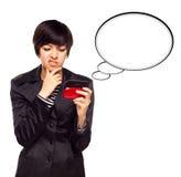 Mujer multiétnica con el teléfono celular y la burbuja en blanco Foto de archivo
