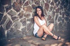Mujer multicultural joven en un al aire libre imagen de archivo libre de regalías