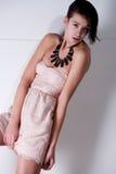 Mujer multirracial joven en alineada pasada de moda Fotos de archivo