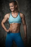 Mujer muscular del culturista Foto de archivo