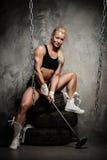 Mujer muscular hermosa del culturista Fotos de archivo libres de regalías