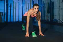 Mujer muscular que hace entrenamiento del crossfit en el gimnasio imagen de archivo