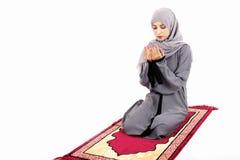 Mujer musulmán árabe que ruega Imagen de archivo libre de regalías