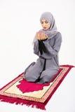 Mujer musulmán árabe que ruega Imagen de archivo