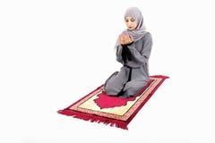 Mujer musulmán árabe que ruega Imágenes de archivo libres de regalías