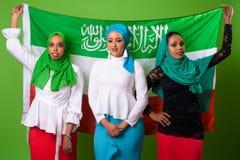 Mujer musulmán africana joven contra llave de la croma con el fondo verde Fotografía de archivo