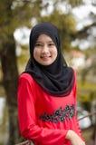 Mujer musulmán asiática joven en la bufanda principal Foto de archivo