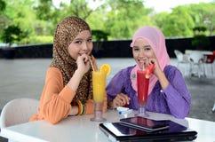 Mujer musulmán asiática joven en la bufanda principal Imagenes de archivo