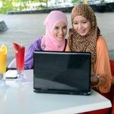 Mujer musulmán asiática joven en la bufanda principal Imágenes de archivo libres de regalías