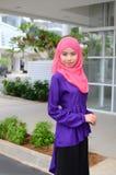 Mujer musulmán asiática joven en la bufanda principal Fotos de archivo
