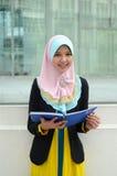 Mujer musulmán asiática joven en la bufanda principal Imagen de archivo libre de regalías