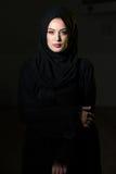 Mujer musulmán atractiva en fondo negro Foto de archivo libre de regalías