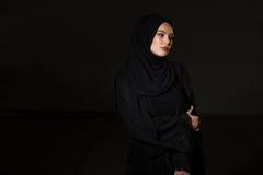 Mujer musulmán atractiva en fondo negro Imagenes de archivo