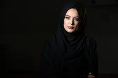 Mujer musulmán atractiva en fondo negro Imagen de archivo libre de regalías
