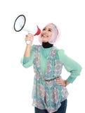 Mujer musulmán atractiva joven que grita usando el megáfono Imágenes de archivo libres de regalías