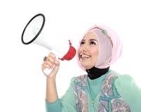 Mujer musulmán atractiva joven que grita usando el megáfono Fotografía de archivo