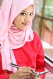 Mujer musulmán con el fichero de informe Imagen de archivo