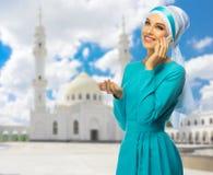 Mujer musulmán con la mezquita blanca Imagen de archivo