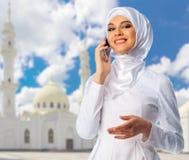 Mujer musulmán con la mezquita blanca Imagen de archivo libre de regalías