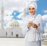 Mujer musulmán con la mezquita blanca Imagenes de archivo