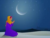 Mujer musulmán de rogación para la celebración del Ramadán Fotografía de archivo