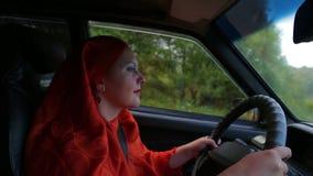 Mujer musulmán elegante joven en el hijab que conduce un coche almacen de video