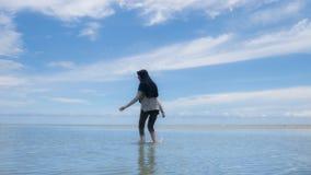 Mujer musulmán en el destino Halal del turismo, la playa y el océano azul imagen de archivo