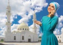 Mujer musulmán en el fondo de la mezquita Imagen de archivo libre de regalías