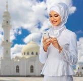 Mujer musulmán en el fondo de la mezquita Imagenes de archivo