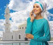 Mujer musulmán en el fondo de la mezquita Foto de archivo