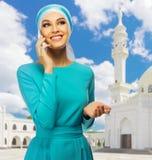 Mujer musulmán en el fondo de la mezquita Fotos de archivo libres de regalías